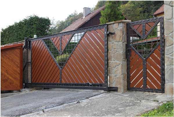 Фото 1 — Ковано-деревянная калитка, являющаяся дополнением к таким же воротам