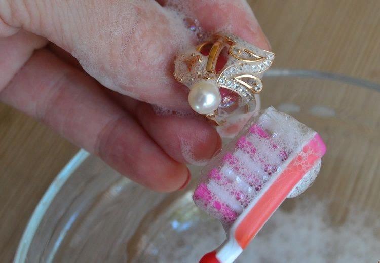 Полировка золота нанесением пасты с помощью зубной щетки