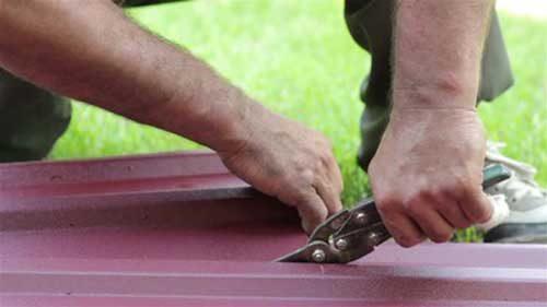 Резка металлочерепицы ножницами