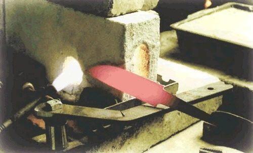 Процесс закаливания ножа