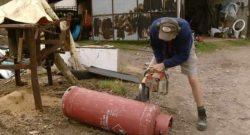 Мужчина разрезает газовый баллон